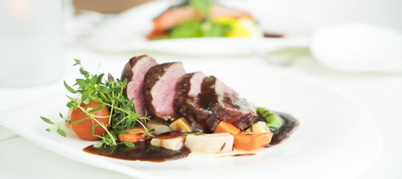 Gericht mit Fleisch und Gemüse