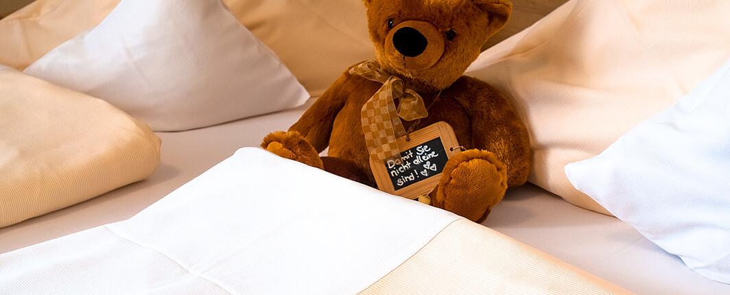 Bett mit Bär